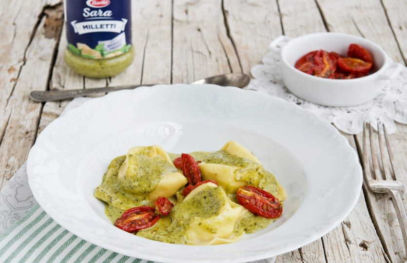 Tortelloni ripieni di mozzarella con Pesto alla Genovese Barilla e pomodorini confit