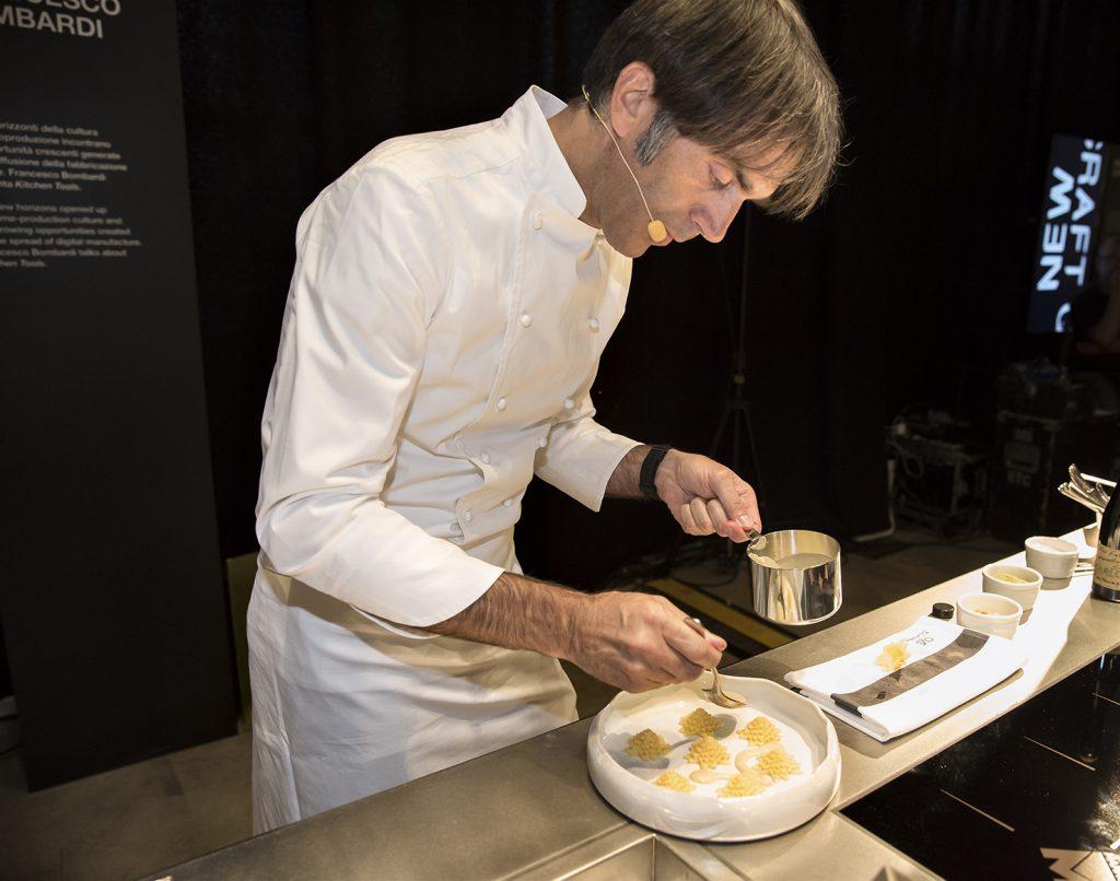 lo-chef-stellato-davide-oldani-durante-la-preparazione-della-sua-ricetta-2