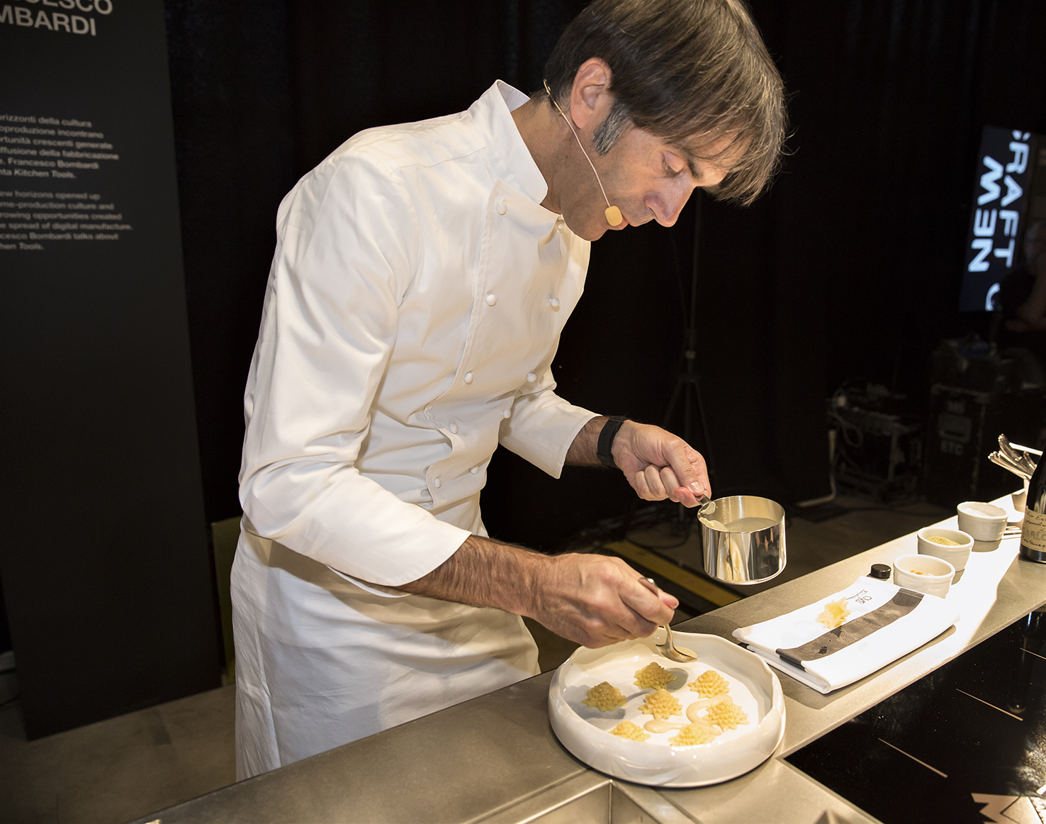 Lo Chef Stellato Davide Oldani Durante La Preparazione Della Sua