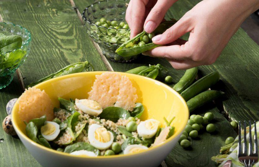Insalata con spinacini, quinoa e cialde di parmigiano #GuzziniSalaDesign