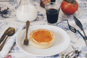 Crostatine con mousse di mascarpone e amaretti e topping ai cachi